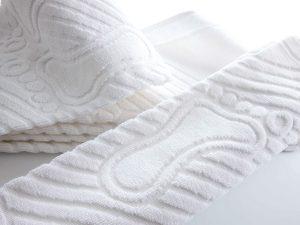 Ručnik za pod bijele boje s utisnutim uzorkom stopala